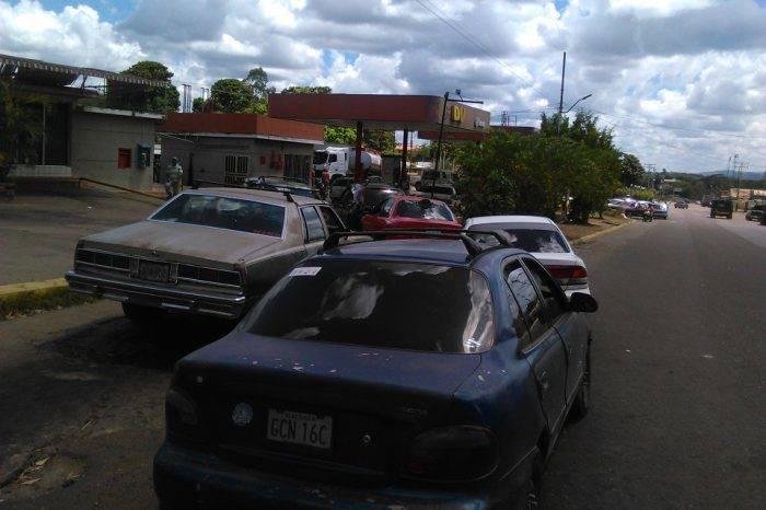 Gobernador de Bolívar amenaza con multar a quien haga colas en las gasolineras
