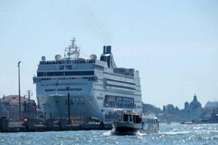 Crucero chocó en puerto de Venecia y dejó cuatro heridos