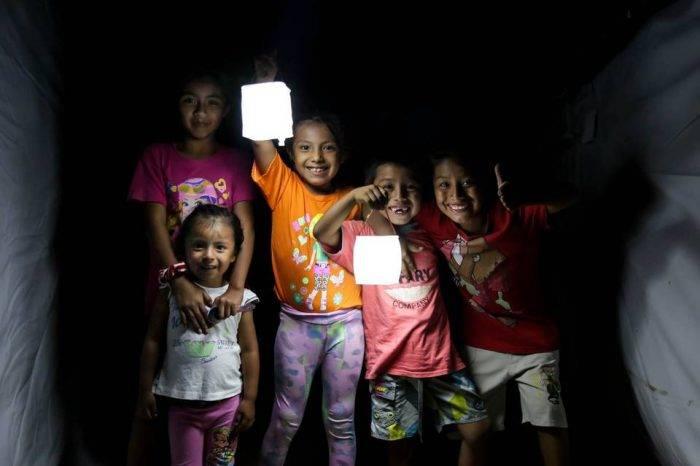Con electricidad de luz solar alumbran la solidaridad en Venezuela