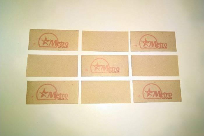 Cualquier cartón con el sello del Metro de Caracas es vendido como boleto