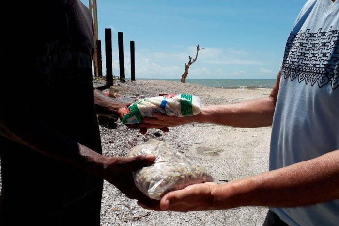 El trueque es la tabla de salvación para las pocas ventas en pueblos costeros