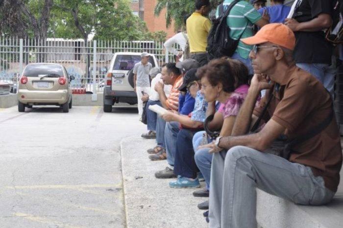 Barquisimetanos invierten casi 6 horas diarias para conseguir bolívares en efectivo