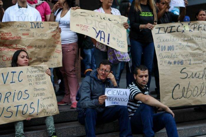 Trabajadores de varios gremios protestan ante el Ministerio del Trabajo