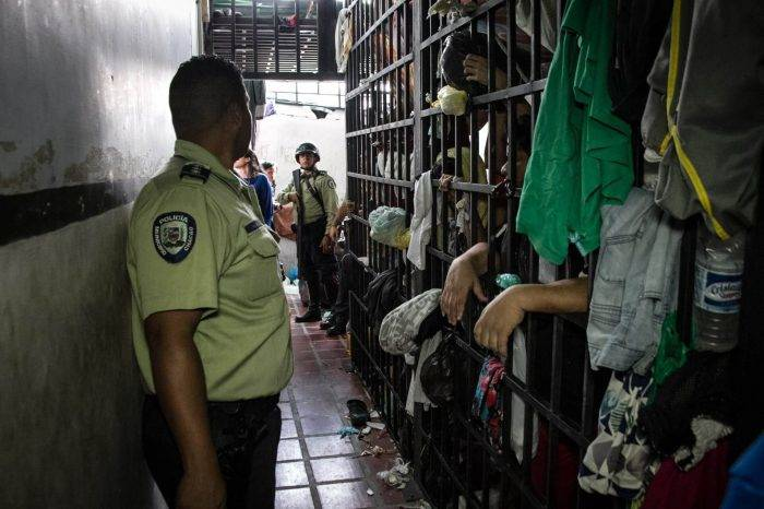 Calabozos policiales albergan 500% más reclusos de su capacidad
