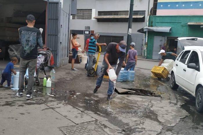 Un tercio de los caraqueños debe cargar pipotes de agua a cuestas para abastecerse