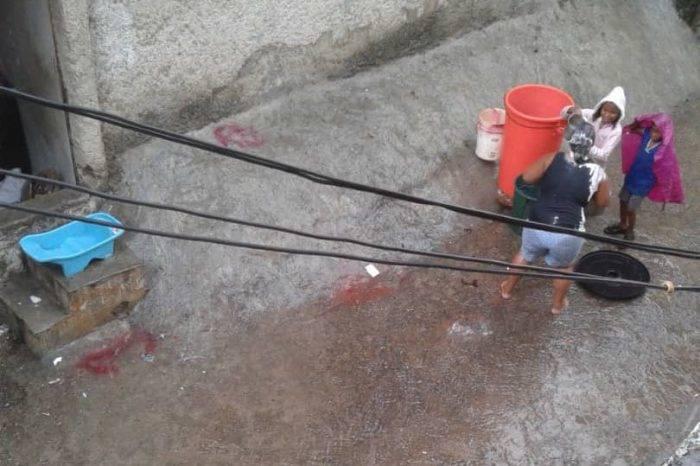 Habitantes de Cotiza aprovecharon la lluvia para recoger agua y bañarse