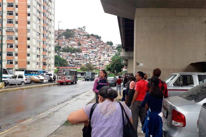 La falta de transporte aísla a los residentes de Misión Vivienda en Fuerte Tiuna