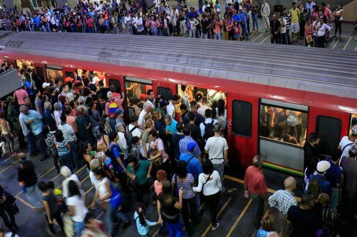 Usuarios denuncian colapso en las Líneas 1 y 2 del Metro