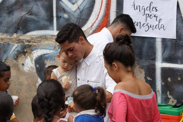 """Unos """"ángeles"""" proveen el desayuno que la crisis le arrebató al barrio La Colmena"""