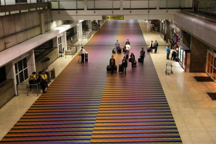 Aprenda cómo solicitar un permiso de viaje si va al exterior por aire o tierra