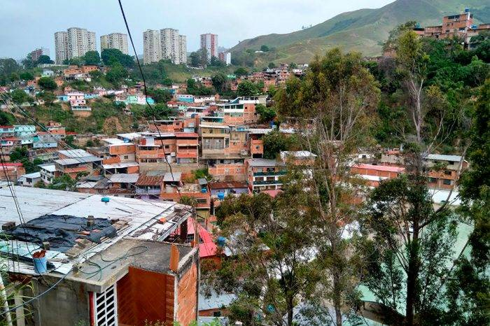 Con tomas ilegales se surten de agua en un barrio de Caricuao