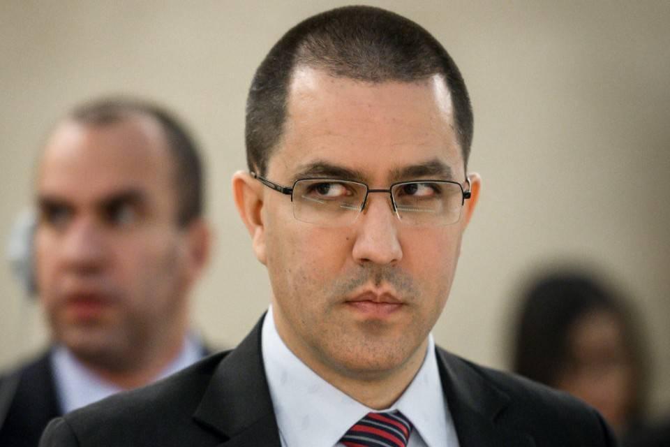Iván Duque está subordinado al creador del narco paramilitarismo, afirma Arreaza. Lo acusa de basar su gestión en el incremento de drogas