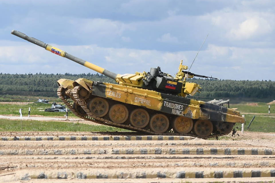 Militares venezolanos compiten en biatlón de tanques en Rusia... Con barra incluida