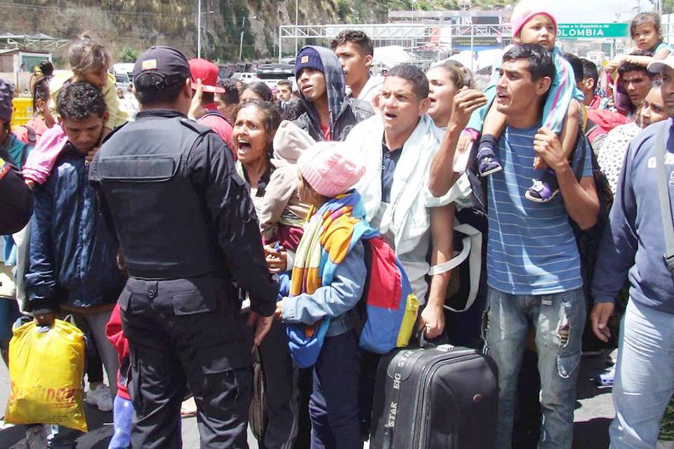Emigrantes venezolanos desbloquean frontera de Ecuador y Colombia