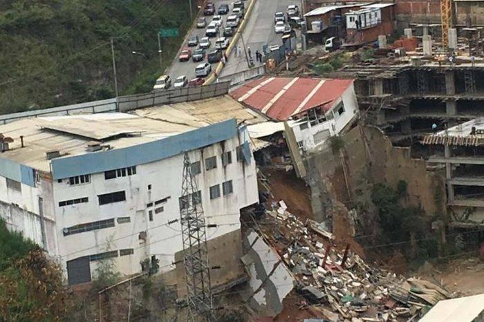 Desalojaron a 10 familias por colapso en subida hacia Los Naranjos