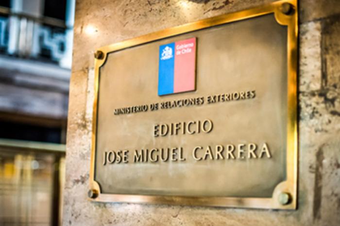 """Asesor de Guaidó acusado de """"entregar el Esequibo"""" se refugia en la embajada de Chile"""