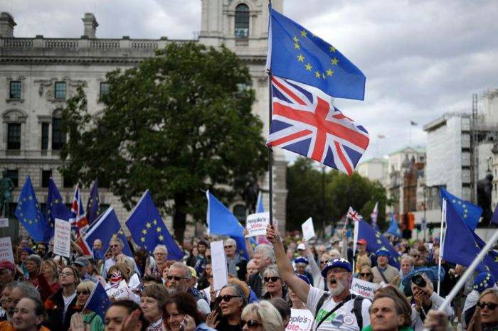 """Parlamento británico aprueba ley para posponer un """"brexit"""" sin acuerdo"""