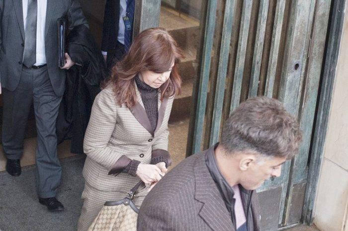 Juez argentino envía a juicio oral a Cristina Kirchner acusada de sobornos