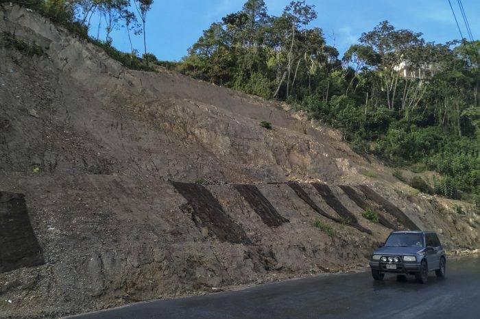 Dos años llevan en El Junquito esperando reparación de derrumbe en la vía