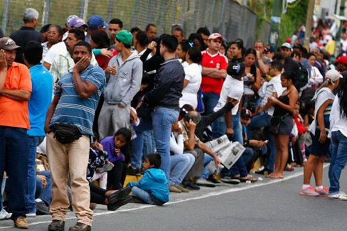 Pueblo venezolano en cola comprando alimentos