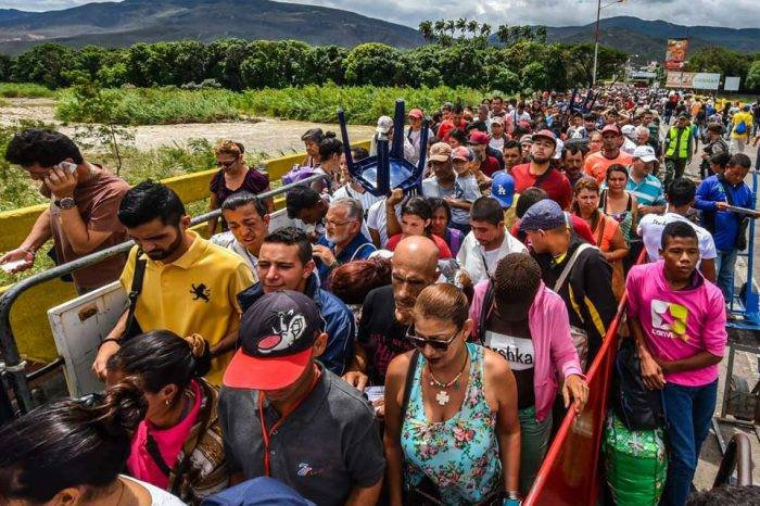 Venezolanos huyen