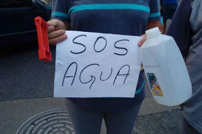 Vecinos de Chacao exigieron en los semáforos que Hidrocapital restituya el agua