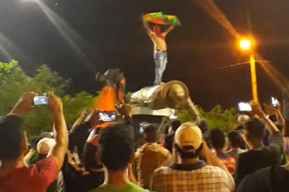 Derribaron una estatua de Hugo Chávez durante protesta en Bolivia