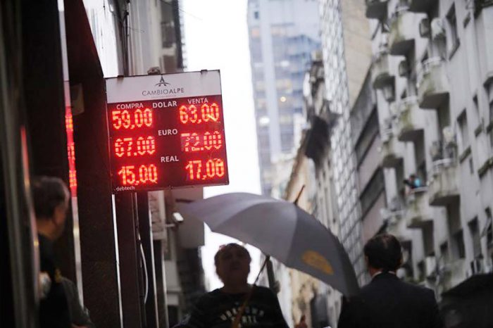 Endurecen cepo al dólar en Argentina tras triunfo peronista