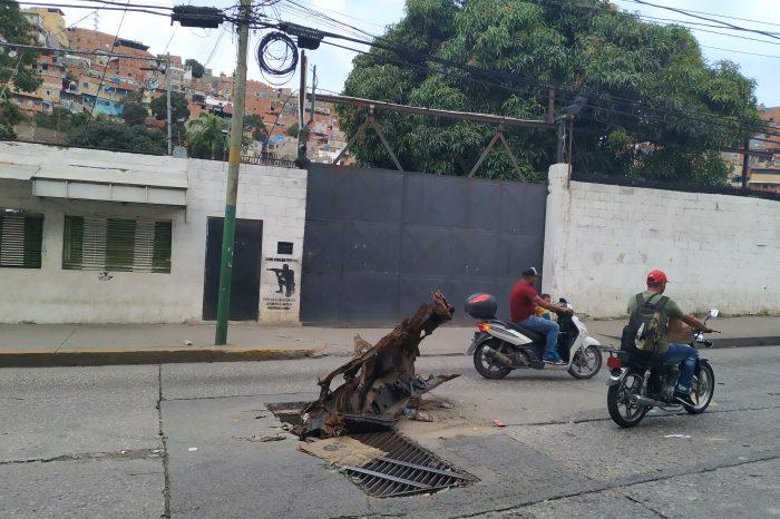 Chatarras hacen las veces de tapas en alcantarillas del barrio El Amparo de Catia