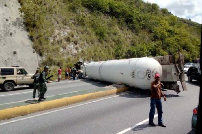 Quedar a la deriva o en riesgo: el pan diario en la autopista Caracas-La Guaira