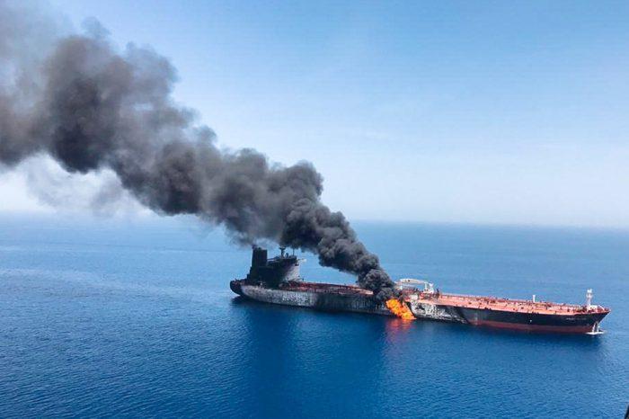 Dos misiles impactan al buque Sabiti que estalló en llamas, sufrió graves daños y generó un fuerte derrame de crudo en el Golfo Pérsico