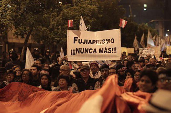 Miles de peruanos marcharon en respaldo al cierre del Congreso