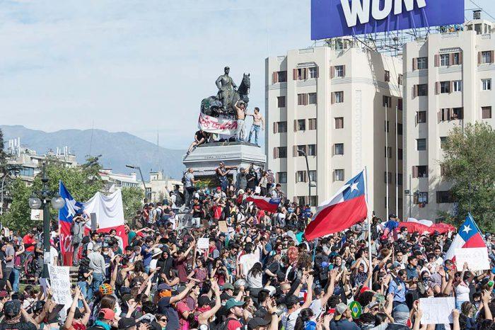 En medio de protestas, Piñera anuncia ley militar para proteger infraestructura