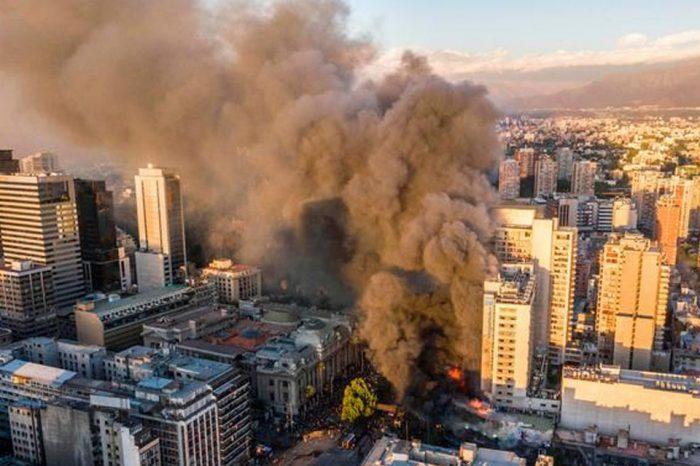 Las protestas mantienen a Chile en llamas. En la capital Santiago se desató un voraz incendio cerca del Palacio de la Moneda