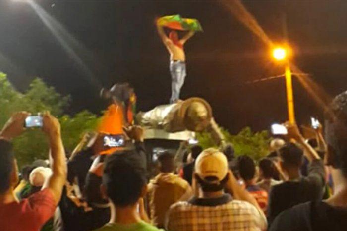 Tumban estatua de Chávez en Bolivia