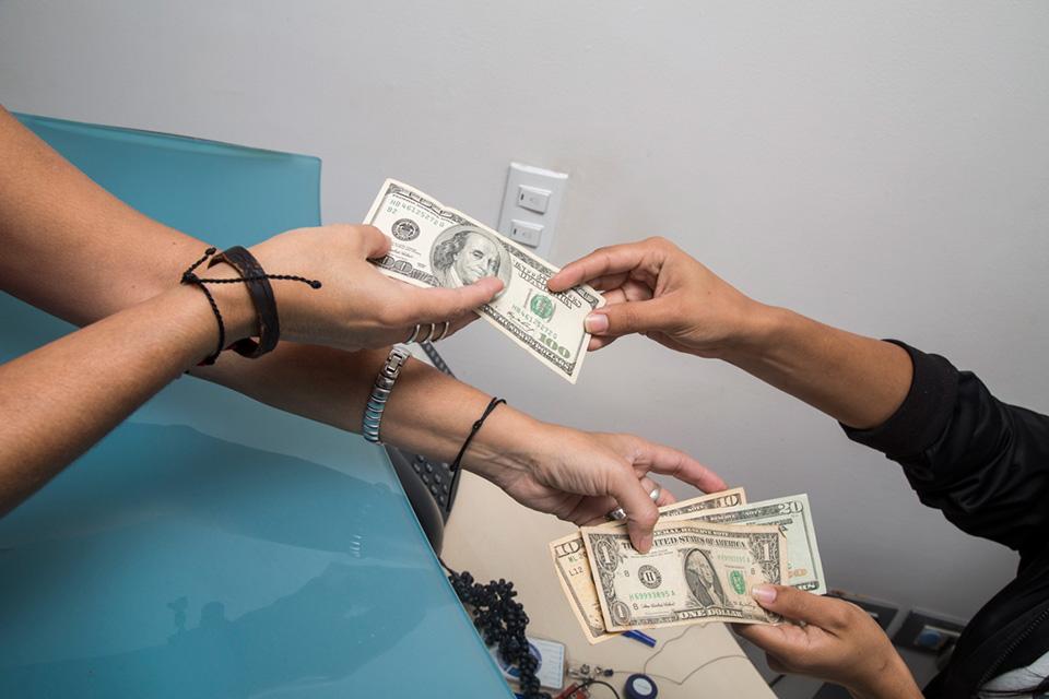 Venezolanos pagan en dólares