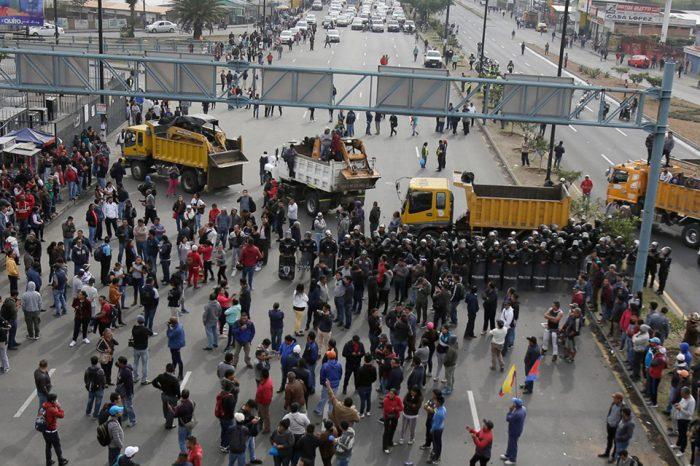 Transportistas ecuatorianos dan fin a protestas que rechazan eliminación de subsidios