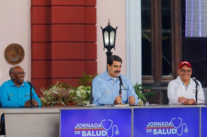 """Maduro regalará medio petro a trabajadores de la salud para """"satisfacer lo que necesiten"""""""