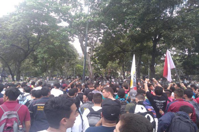 PNB reprime protesta de estudiantes universitarios