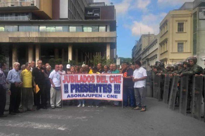Maestros y trabajadores jubilados del CNE protestaron por reivindicaciones salariales