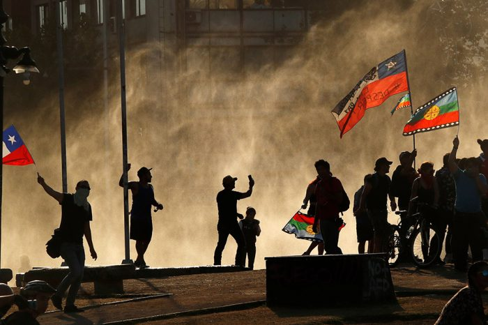 La capital, Santiago de Chile, el centro de la protesta social de los chilenos durante las últimas tres semanas, ahora tiene una doble cara