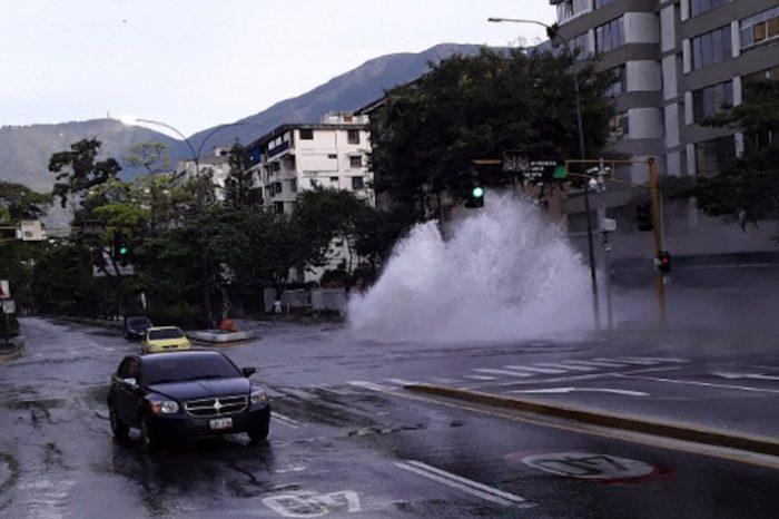 Avenida principal de El Cafetal, Caracas, colapsa por rotura de tubería