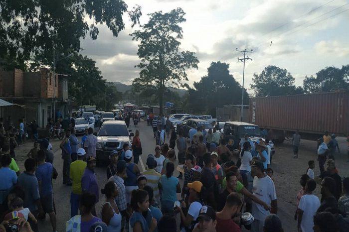 """""""Nos tienen engañados"""", habitantes de Cúpira protestaron por fallas de servicios públicos"""