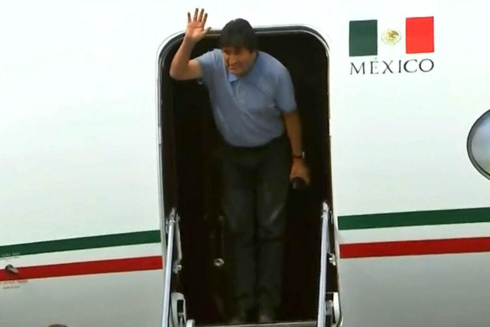 """Evo Morales aterriza en México y agradece a AMLO por """"salvarle la vida"""""""