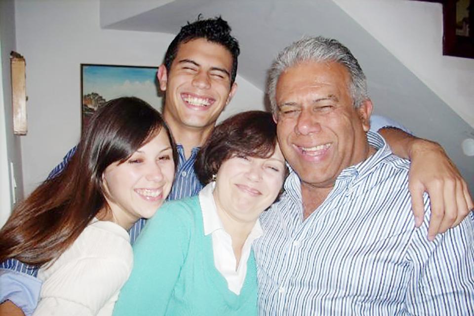 Dimas Rivas, a la derecha, junto a su esposa Marlene y sus hijos Mardy y Dimas Erick.