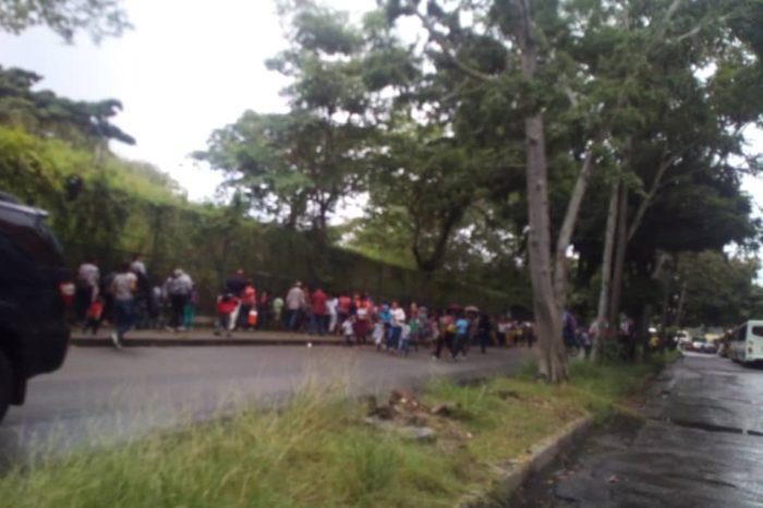 Miles de personas colapsaron Santa Paula para buscar juguetes de iglesia evangélica