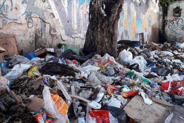 La urbanización Los Castaños huele a basura