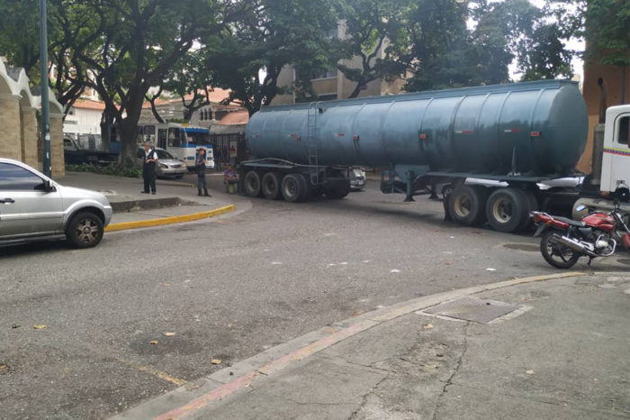 PNB custodia cisterna atravesada cerca de AD: Diputados saldrán de allí a la AN