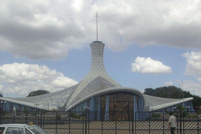 Catedral de Barquisimeto se encuentra cubierta de maleza
