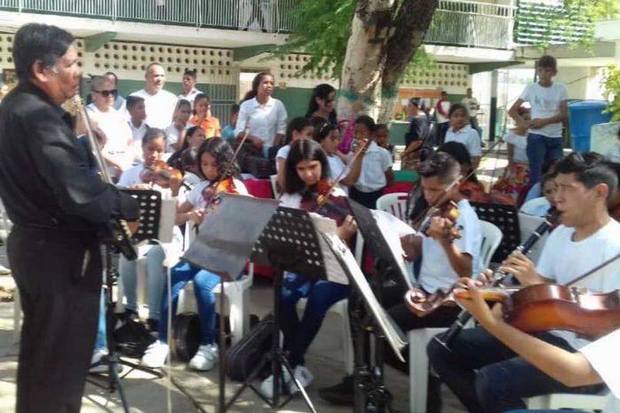 Orquesta de Falcón repone las cuerdas de los violines con guayas de bicicleta